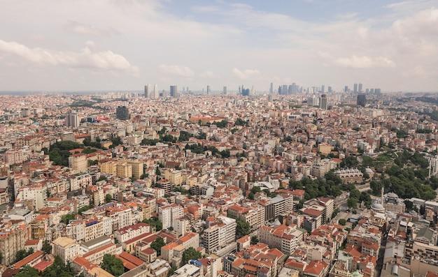 Luftaufnahme der stadt istanbul. wolkenkratzer im hintergrund