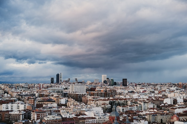 Luftaufnahme der stadt madrid einschließlich des geschäfts- und finanzviertels. bewölkter himmel