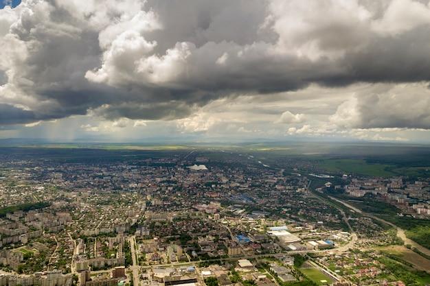 Luftaufnahme der stadt mit reihen von gebäuden und kurvigen straßen im sommer. stadtlandschaft von oben.
