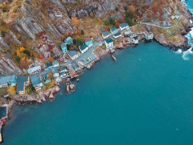 Luftaufnahme der stadt nahe dem gewässer während des tages