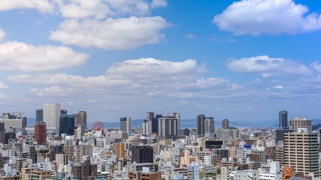 Luftaufnahme der stadt osaka vom himmelsgebäude. vogelperspektive des stadtbildes mit überfüllten wolkenkratzern, büros und wohnungen. panorama städtischer dachblick von der skyline im bezirk japan
