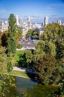 Luftaufnahme der stadt paris vom buttes-chaumont, paris