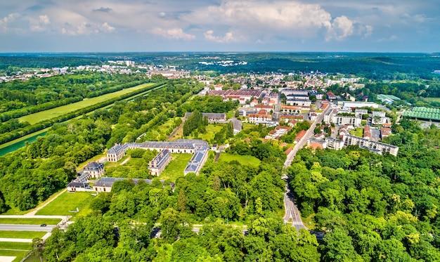 Luftaufnahme der städte fontainebleau und avon im département seine-et-marne in frankreich