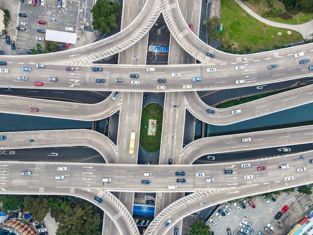 Luftaufnahme der städtischen straßenüberführung