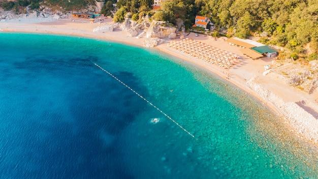 Luftaufnahme der strände der adriaküste in montenegro