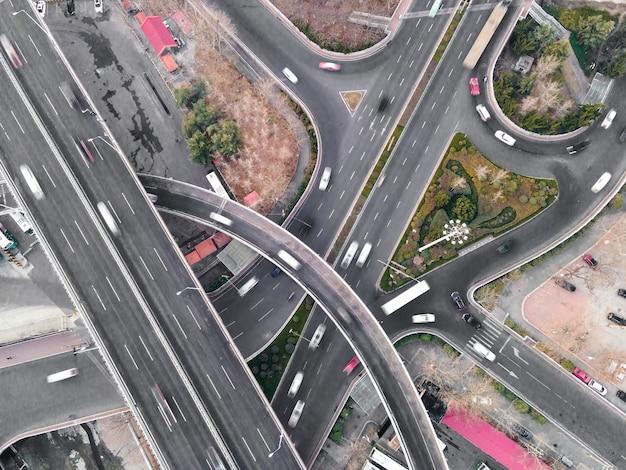 Luftaufnahme der straßenüberführung der stadt qingdao