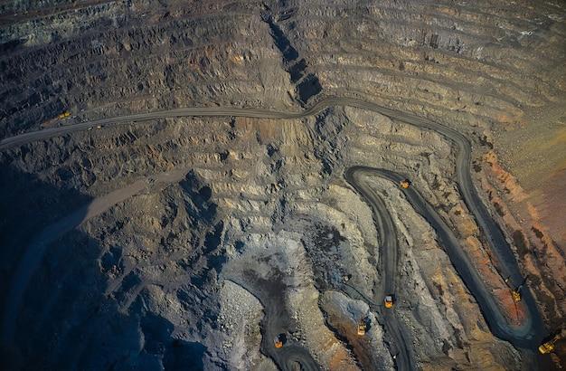 Luftaufnahme der südlichen bergbaufabrik, minensteinbruch in der ukraine