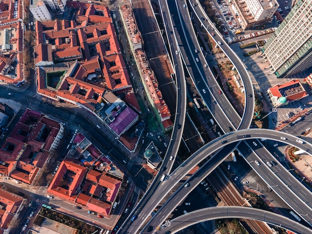 Luftaufnahme der überführung der städtischen gebäudelandschaft