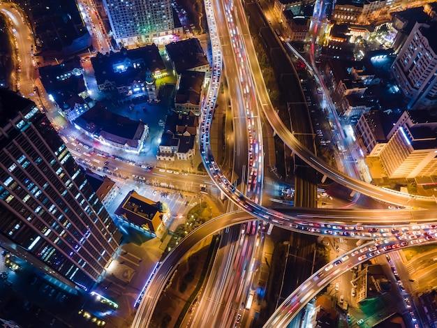 Luftaufnahme der überführung der städtischen nachtszene