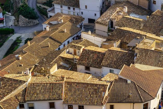 Luftaufnahme der überfüllten dächer der weißen stadt in südspanien. guadalest-alicante.