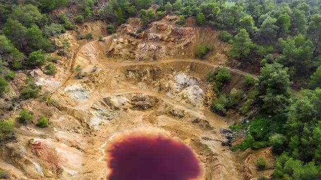 Luftaufnahme der verlassenen tagebaugrube in mathiatis zypern saurer roter see ist das ergebnis der gewinnung von pyrit-erz