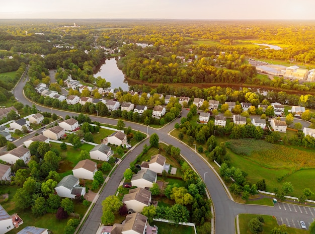 Luftaufnahme der wohnviertel am frühen sonnenaufgang. schöne stadt stadtlandschaft im morgengrauen
