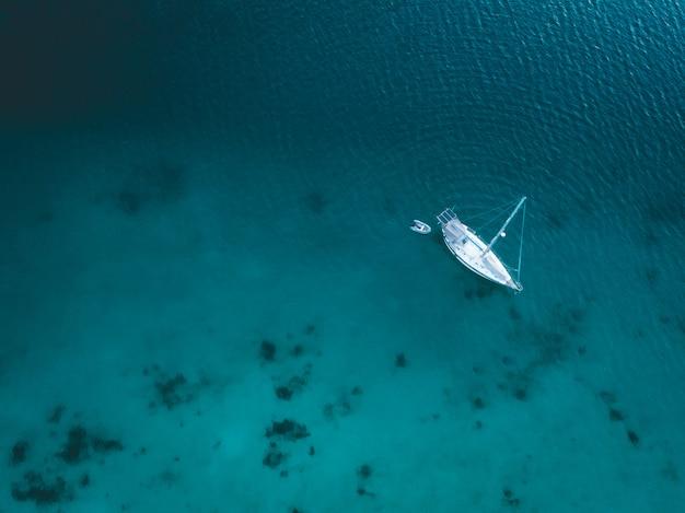 Luftaufnahme der yacht auf blauem wasser in sabang, aceh, indonesien