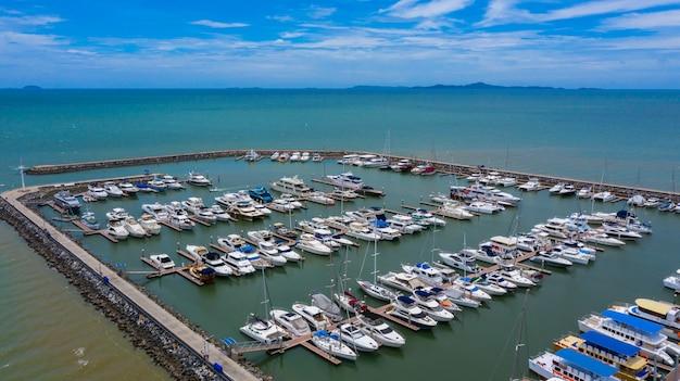Luftaufnahme der yachten und des bootes, die im jachthafen festgemacht werden.