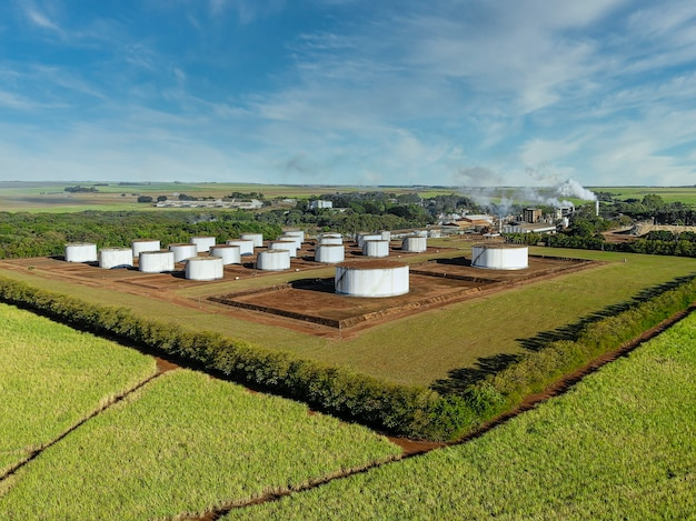 Luftaufnahme der zuckerrohrindustrie, zucker- und alkoholproduktionsanlage.