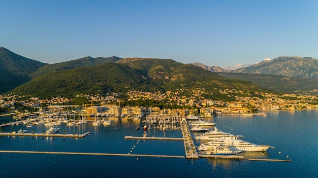 Luftaufnahme des abends in porto montenegro in tivat.