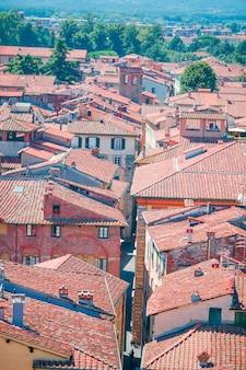 Luftaufnahme des alten gebäudes mit roten dächern in lucca