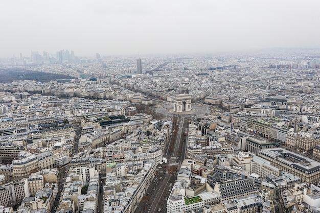 Luftaufnahme des arc de triomphe, paris und verteidigungsviertel.