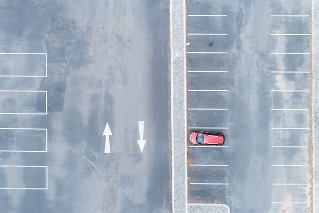 Luftaufnahme des autos hintereinander am parkplatz parking