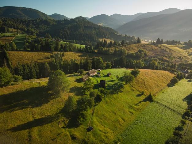 Luftaufnahme des bergdorfes in den karpaten am sommertag