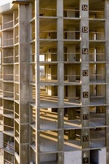 Luftaufnahme des betonrahmens des hohen wohngebäudes im bau in einer stadt