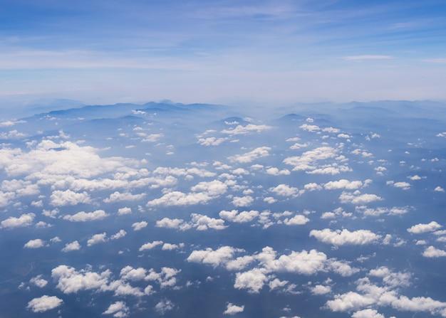 Luftaufnahme des blauen himmels mit wolken und bergblick vom flugzeug