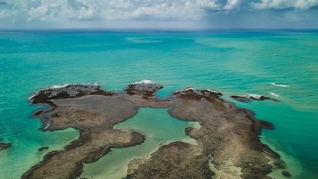 Luftaufnahme des brasilianischen ozeans mit einem bewölkten himmel