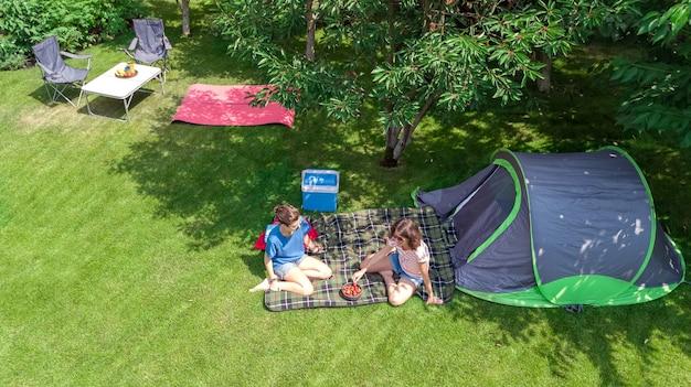 Luftaufnahme des campingplatzes von oben