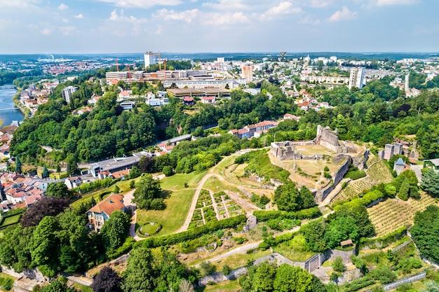 Luftaufnahme des chateau d'epinal, einer burg im département vogesen in frankreich