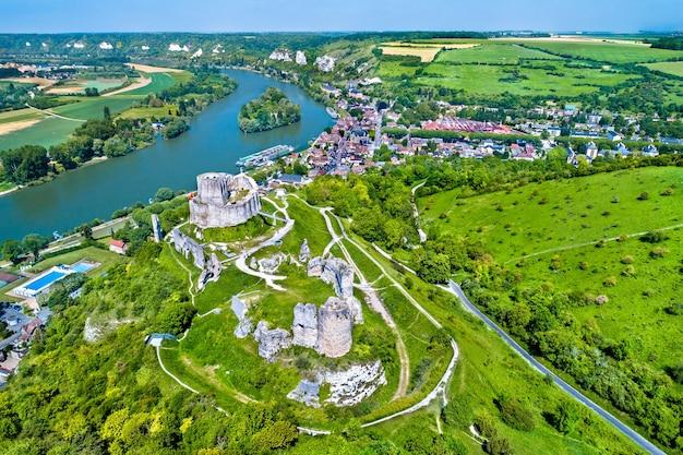 Luftaufnahme des chateau gaillard, einer zerstörten mittelalterlichen burg in der stadt les andelys - normandie, frankreich