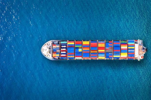 Luftaufnahme des containerfrachtschiffs im meer.