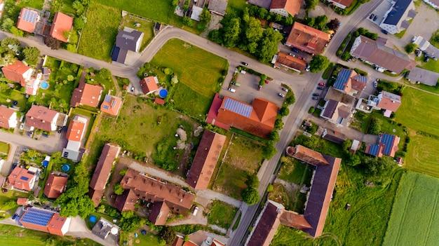 Luftaufnahme des dorfes boos in bayern. deutschland. draufsicht.
