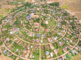 Luftaufnahme des Dorfes in einem Kreis