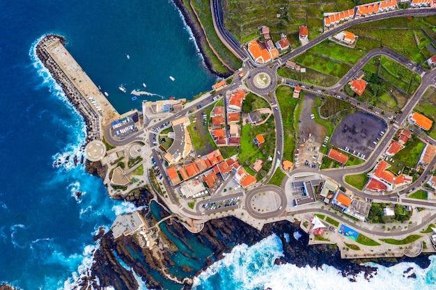 Luftaufnahme des dorfes porto moniz auf der insel madeira, portugal