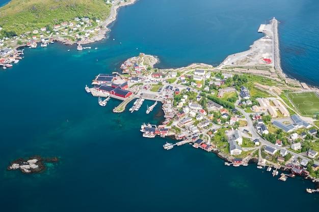 Luftaufnahme des dorfes reine in den lofoten-inseln im sommer, norwegen