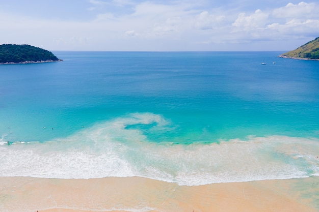 Luftaufnahme des drohnenozeanmeeres im sommertag. natur- und reisekonzept.