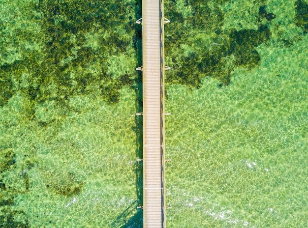 Luftaufnahme des endlosen piers, der ins meer geht