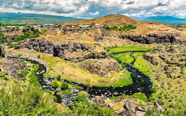 Luftaufnahme des flusses kasagh bei oshakan in armenien in