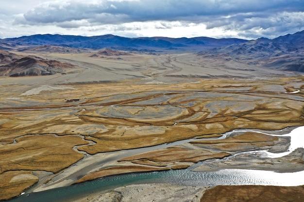 Luftaufnahme des flusses orkhon in der mongolei