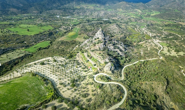 Luftaufnahme des flusses sirkatis und des kourvellos-felsens im lefkara-gebiet, zypern