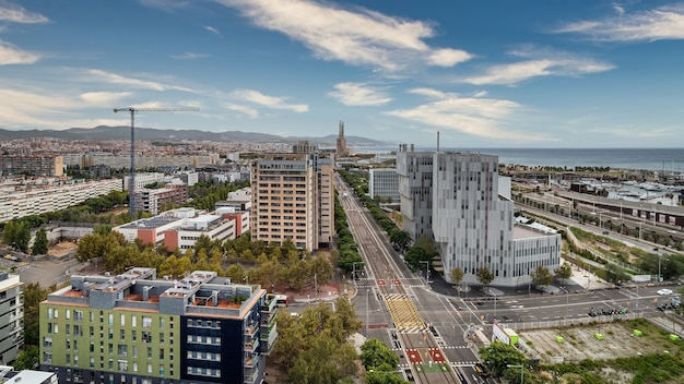 Luftaufnahme des forumbereichs, des diagonal mar-bezirks, des meeres, des hafens und der allee von eduard maristany in barcelona, spanien.
