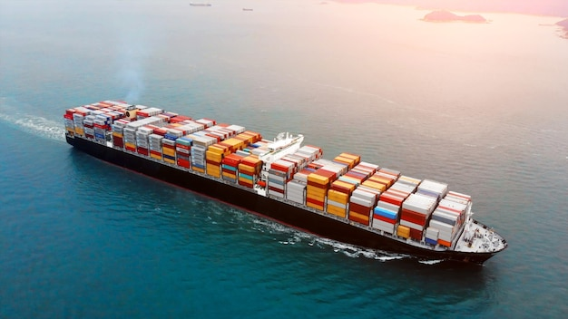 Luftaufnahme des frachtcontainerschiffs auf ozean.