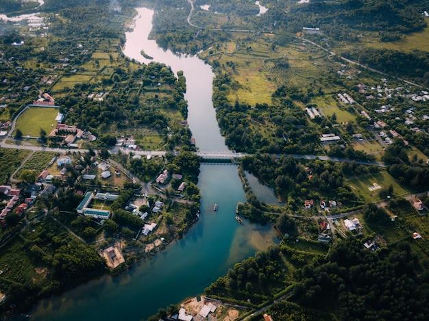 Luftaufnahme des friedlichen flusses in aceh