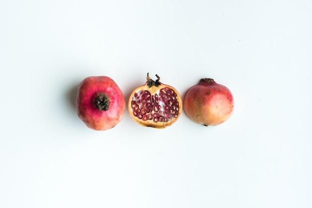 Luftaufnahme des frischen schnitt granatapfels auf einem weißen hintergrund