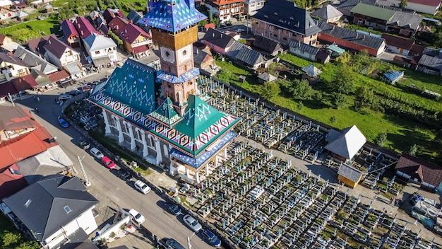 Luftaufnahme des fröhlichen friedhofs in sapanta, maramures-region in rumänien