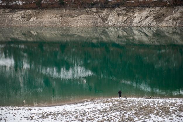 Luftaufnahme des gebirgssees lungernersee, lungern, schweiz