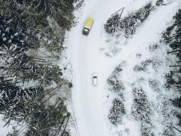 Luftaufnahme des geländewagens im winterwaldweg-kopierraum