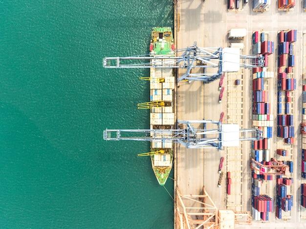 Luftaufnahme des großen versandhafens mit warenfrachtbehältern