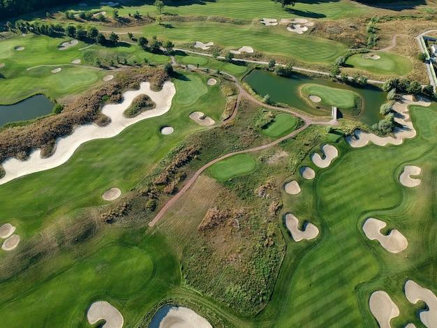 Luftaufnahme des grünen grases des golfplatzes. draufsicht.