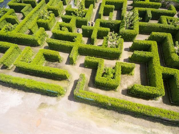 Luftaufnahme des grünen labyrinthgartens